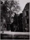 Kromme Tuinstraat 1-3 (v.r.n.l). Het huis op nummer 1 verzakt. Rechts een deel v…