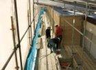 Oranje-Vrijstaatkade. Bouwvakkers op de bouwsteiger van het nieuwe stadsdeelhuis…