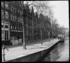 Brouwersgracht 185-225 onderbroken door de Driehoekstraat en rechts de achterzij…