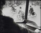 Nieuwezijds Voorburgwal, overstekende fietsers, gezien door voorruit tram
