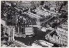 Luchtfoto van het Muzenplein (onderaan) en omgeving gezien in noordwestelijke ri…