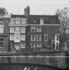 Prinsengracht 667 met aansluitend links een deel van de de zijgevel van Molenpad…