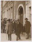 Sam Rodrigues de Miranda (1875-1942), wethouder, bij de ingang van het Bushuis, …