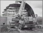 Floriade 1982. De eerste segmenten van de koepel van het Planetarium worden aang…