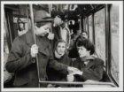 Wagenbegeleiders controleren kaartjes in de tram, die in de Marnixstraat rijdt t…