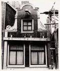 Een detail van de topgevel, Staalstraat 5, gezien voor de restauratie