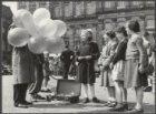 Kinderen en ballonnenverkoper tijdens de Viering van Bevrijdingsdag op de Dam me…