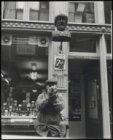 Ongelokaliseerd, rokende man voor winkel met gaper