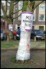 Amstelveld met protest tegen het kappen van de vleugelnootbomen