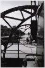 Fietser op de brug over de Haarlemmervaart naar de Westergasfabriek