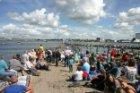 Publiek op het Stenen Hoofd bij de Westerdoksdijk tijdens Sail Amsterdam
