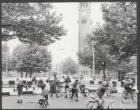 Kinderen fietsen en rolschaatsen op de tijdelijk autovrij gemaakte Bernard Kochs…