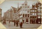 """De Dam, ziende op het oude café """"de Bisschop"""" en op de oude portiek aan de Nieuw…"""