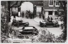 Intocht Duitse soldaten op de Oudezijds Voorburgwal voor de ingang van het Stadh…