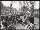 Op het Jonas Daniël Meijerplein wordt voor het beeld van de Dokwerker voor de ve…