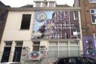 Sloop van het voormalige koetshuis Huidekoperstraat 17. Op de gevel een projectb…