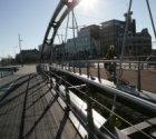 Fietser op de nieuwe voet- en fietsbrug (Brug 2274) over Oostertoegang in de De …