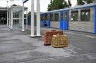 Kunst op metrostation Gaasperplas. Sculptuur van baksteen in de vorm van bagage …