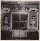 Een detail van de ornamenten aan de voorgevel van het huis Bartolotti, Herengrac…