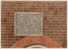 Een detailtekening van de gedenktsteen op de Sint Antonieswaag, aan de Nieuwmark…