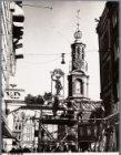 De versiering van de Kalverstraat (ter hoogte van) 223 ( links), wegens de feest…