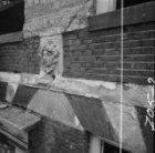 Singel 140-142, Huis De Dolphijn, kopje op de gevel tijdens restauratie