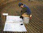 Betonvlechter aan het werk op het bovendek van de bouwplaats busterminal De Ruij…