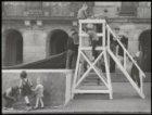 Dam, spelende kinderen bij houten podium voorhet Koninklijk Paleis