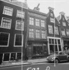 Nieuwe Spiegelstraat 47-51 (ged.) en links de zijgevel van Kerkstraat 146 (ged.)