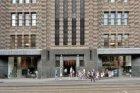Schoolklas bij de ingang van Stadsarchief Amsterdam, Vijzelstraat 32