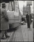 Stationsplein, man kijkt onder tram op tramhalte