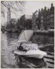 Textielagent J. Haring in de Prinsengracht in zijn polyester bootje, een zogenaa…