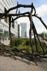 Kunstwerk op het het Gustav Mahlerplein voor gebouw Ito. Op de achtergrond een t…