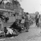 Markt op het Waterlooplein, gezien naar de Amstel