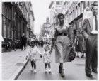 Zwart en blank kindje aan de wandel