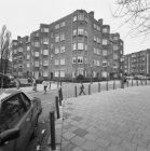 Des Présstraat 17-23, midden Pieter Lastmankade 40-42 v.r.n.l. en geheel rechts …