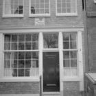 Lauriergracht 2, onderpui en de gevelsteen 'Int Casteel Van Malaga'