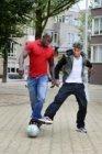Straatvoetballers Lorenzo 'Lenny' Netteb en Edward 'Edje' van Gils op het Iepenp…