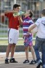Water wordt gedeeld tijdens straatvoetbal op het Abraham Staalmanplein