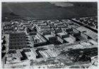 Luchtfoto van de Nolensstraat in aanleg (midden) en omgeving gezien in noordwest…
