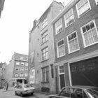 Karthuizersdwarsstraat 1, aansluitend de zijgevel van Lindengracht 237 en links …