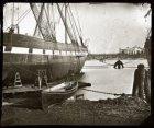 In het Westerdok een schip voor de werf Sint Jago, Grote Bickersstraat