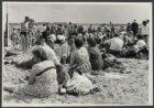 Mensen op een zonnige tweede pinksterdag aan het strand aan de Sloterplas