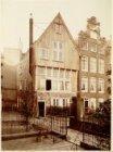 Begijnhof 32 (ged.)-34 (v.r.n.l.). Op nummer 34 Het Houten Huys