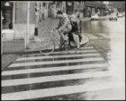 Raadhuisstraat hoek Keizersgracht, fietsende man met vrouw op bagagedrager