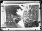 De Nieuwezijds Voorburgwal gezien in noordoostelijke richting naar de brug voor …