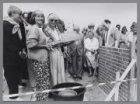 Het leggen van de eerste steen voor woongroep Akersingel. Dames Kestelo en Molen…