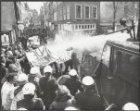 Demonstranten tegen de metro worden bespoten door een waterkanon van de ME