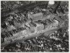 Luchtfoto van de Nieuwezijds Voorburgwal (onderaan) gezien in noordwestelijke ri…