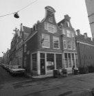 Eerste Egelantiersdwarsstraat 1 (beide voorgevels), in het rechter huis de toega…
